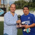gerardo guerra presidente de Casa bella entrega el trofeo de campeón al capitan del equipo INEGI
